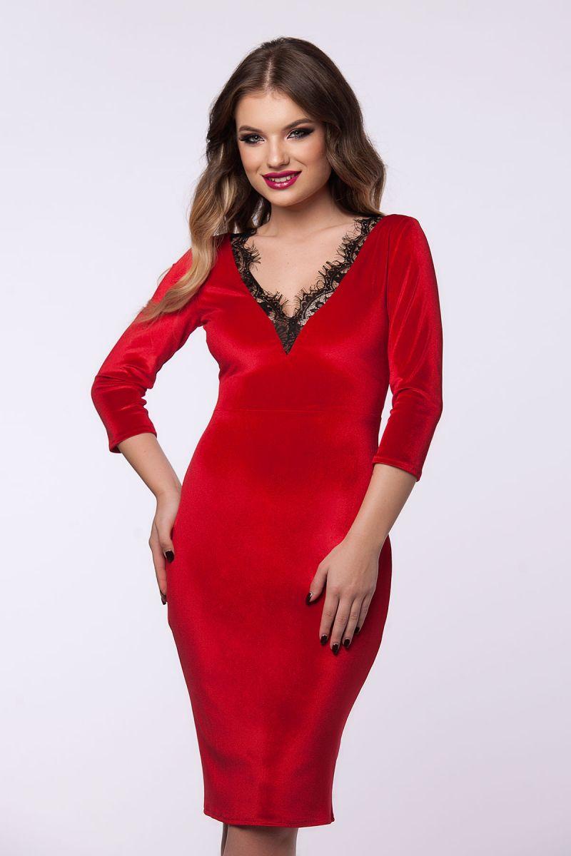 Accesorizarea unei rochii de catifea rosie