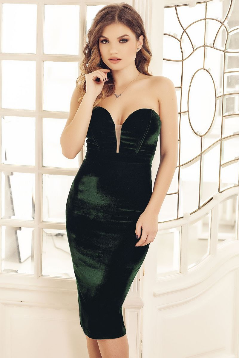 Celebreaza momentele speciale purtand rochii de catifea verde