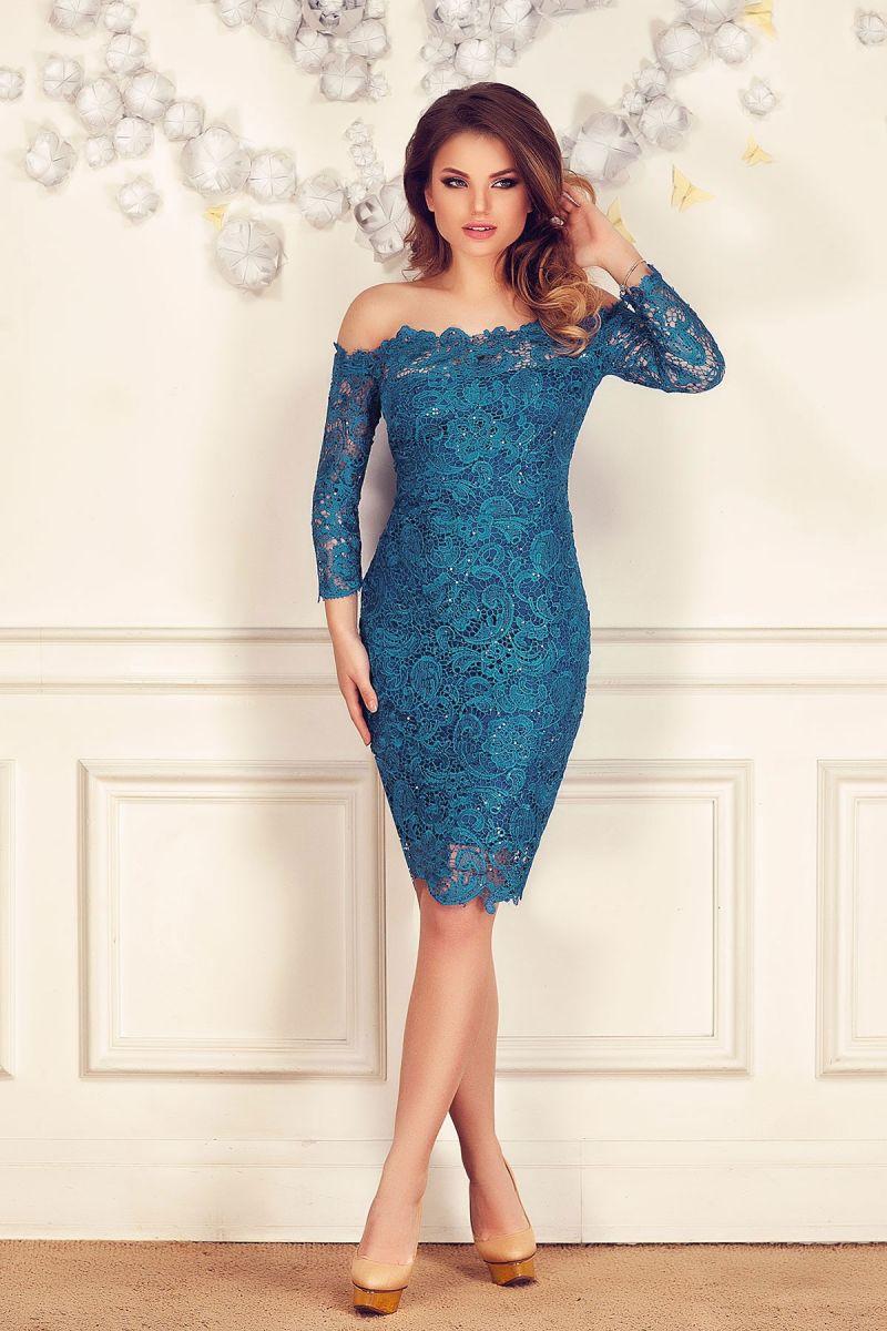 Atrage priviri purtand rochii din dantela albastra