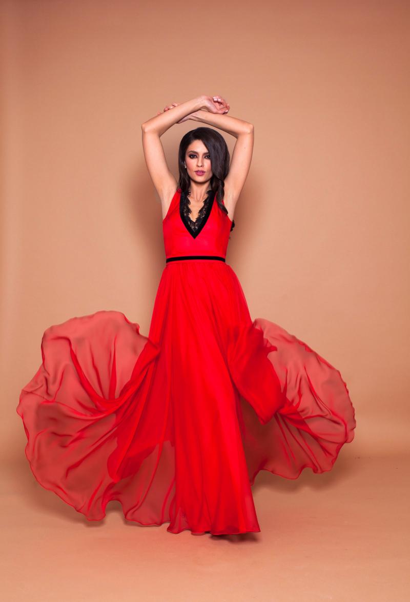 Rochii rosii lungi de seara - un spectacol al stilului feminin