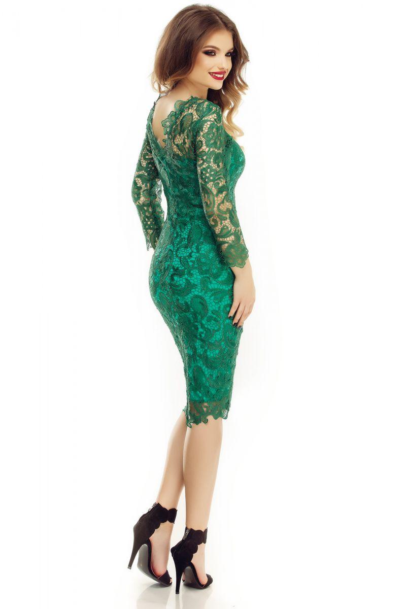 Fii suava intr-o rochie verde smarald