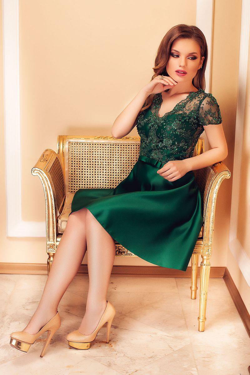Rochiile de seara scurte din tafta – intre eleganta inerenta si stil exacerbat